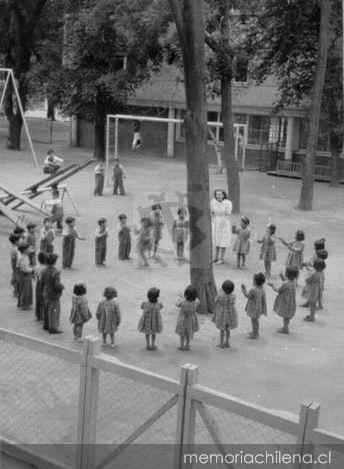 Ni os de jard n infantil jugando junto a su profesora for Aprendiendo y jugando jardin infantil