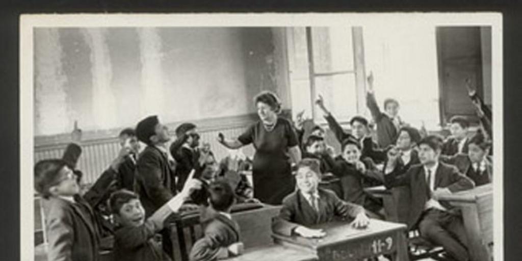 Maestra entre sus alumnos de educación básica, 1960
