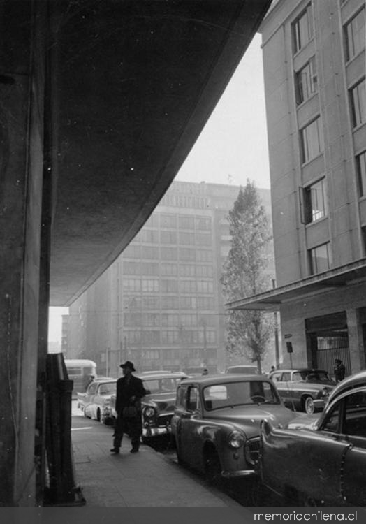Vista de la calle Juan Antonio Ríos, rodeada de edificios de departamentos, hacia 1960