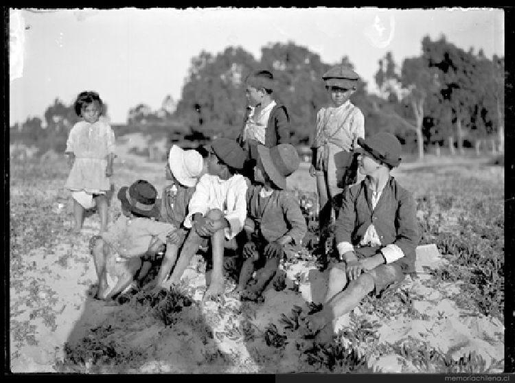 Retrato de niños y niñas en el campo