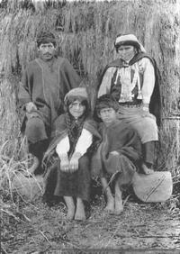 Familia mapuche con indumentaria tradicional