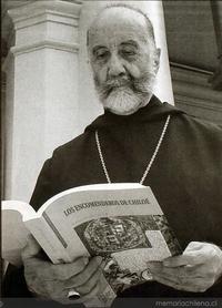 Gabriel Guarda con su libro Los Encomenderos de Chiloé