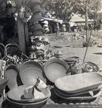 Objetos de greda, madera y mimbre en una feria de artesanías