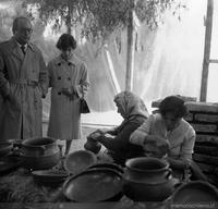Visitantes y artesanas en la Feria de Arte Popular de 1967