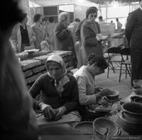 Visitantes y artesanas en la Feria de Arte Popular de 1973