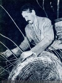 Artesano trabajando en cestería