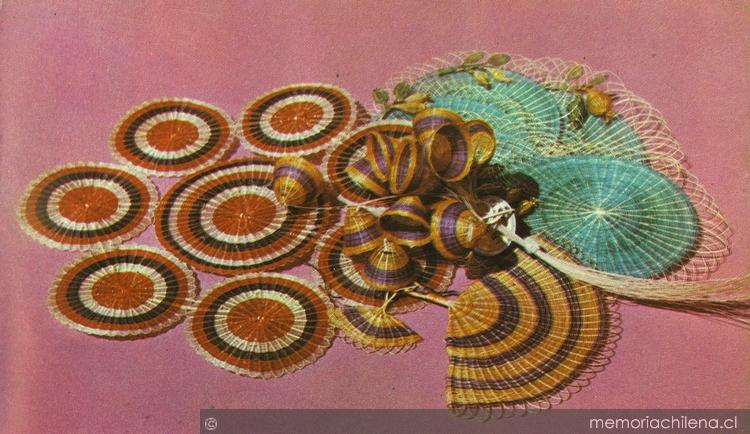 Individuales, flores de invención y abanico en fibras de Rari