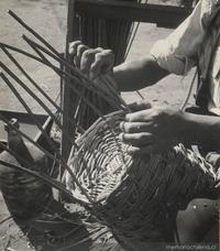 Artesano tejiendo mimbre