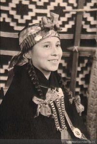 Retrato de una mujer mapuche luciendo sus joyas